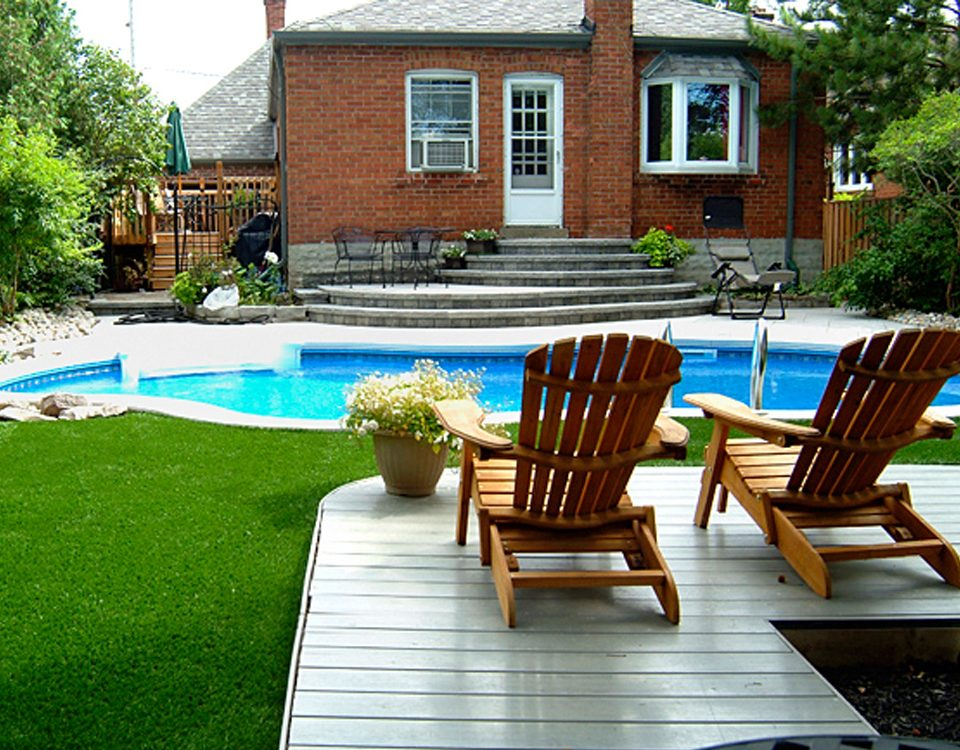 enjoying the back yard synthetic grass in woodbridge ontario