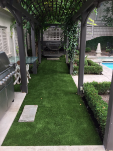 Beautiful pergola shades the artificial grass for total comfort