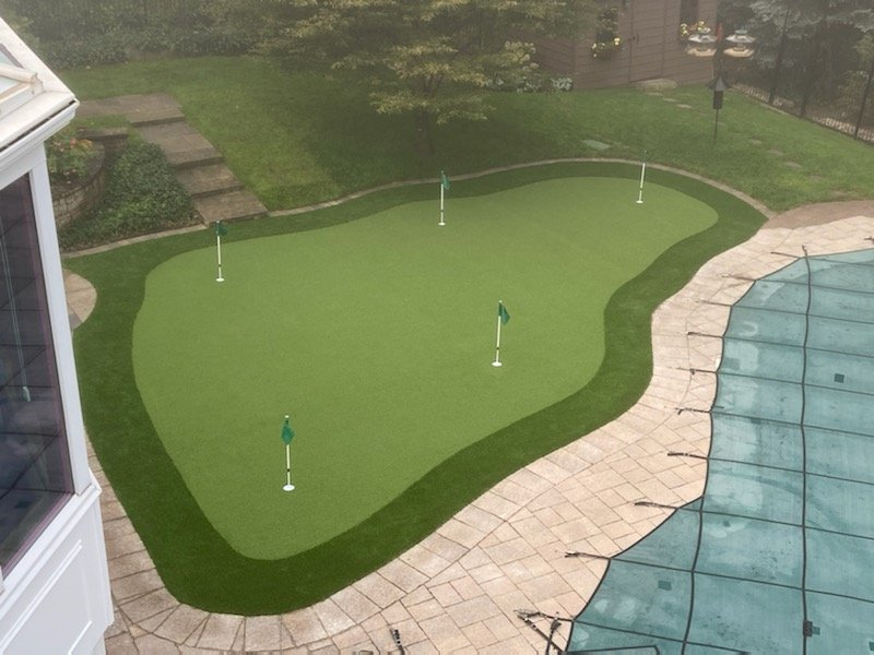 Bottleneck shape 5 hole green with fringe turf